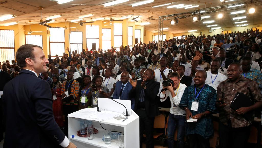 Emmanuel Macron s'est entretenu avec les étudiants à l'Université Ouaga 1 du Burkina Faso