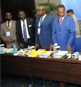 De droite à gauche René Ndemezo'o Obiang, Pierre-Claver Maganga Moussavou et les autres.