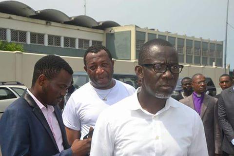 Pascal Nkoulou, président de BDP, manifestant devant la représentation diplomatique française au Gabon_P2