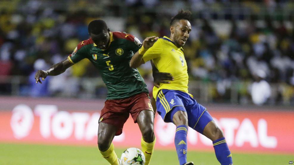 Le capitaine Pierre Emerick Aubameyang contre un joueur camerounais