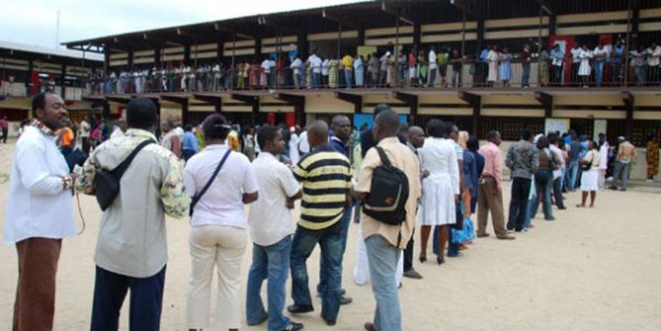 Electeurs dans les files d'attente le jour du vote