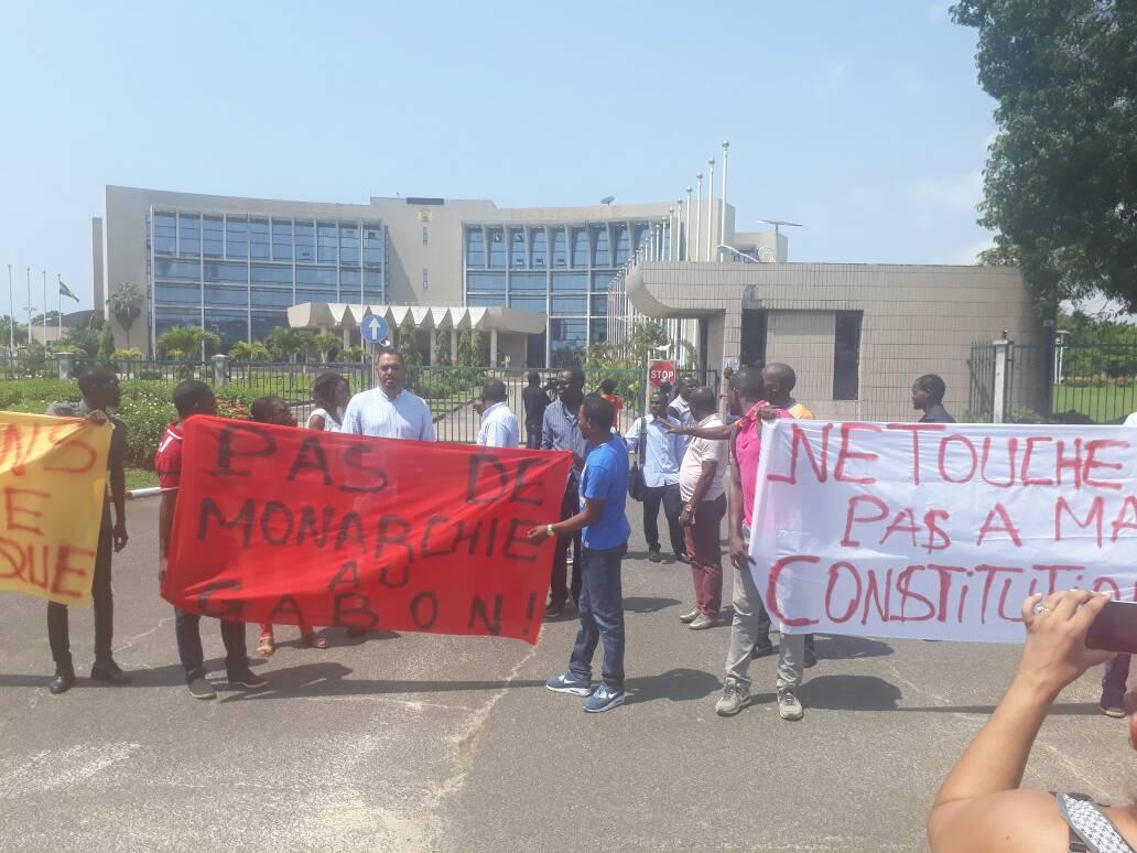 Les jeunes devant l'Assemblée nationale