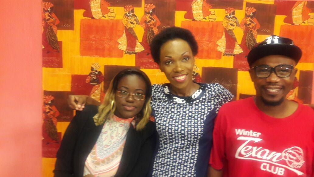 La présidente de l'UFRESGA (au centre) en compagnie de Jennifer, animatrice de La Matinale et Sangos, animateur de «On a testé», deux émissions de Gabon Télévision